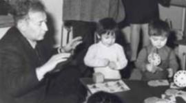 Gianni Rodari contando cuentos a los niños