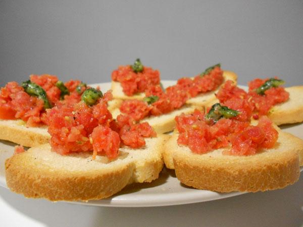 Tostas de tomate grueso con ajo y perejil
