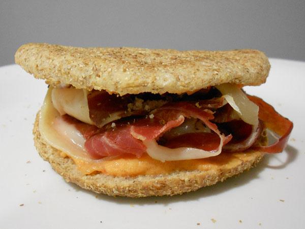 sándwich de jamón con tomate
