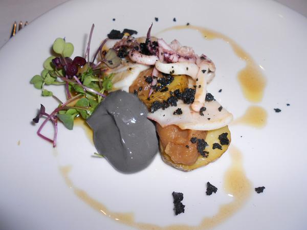 Ensalada de calamar de potera, compota de manzana, roca y espuma de tinta y patata confitada