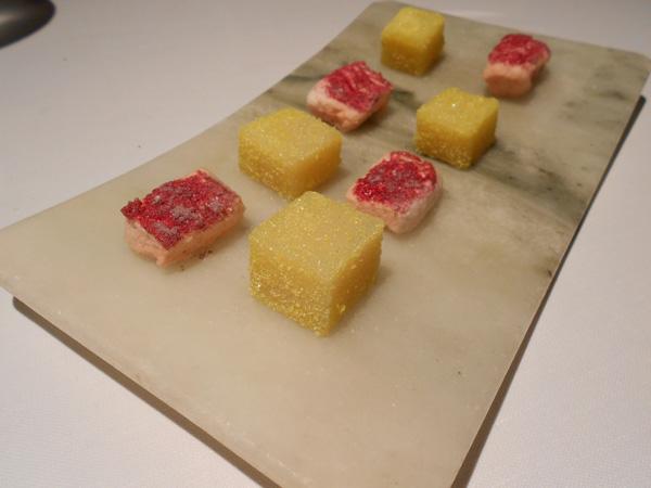Gominolas de piña y nubes de fresa rebozada en azúcar de frutos rojos