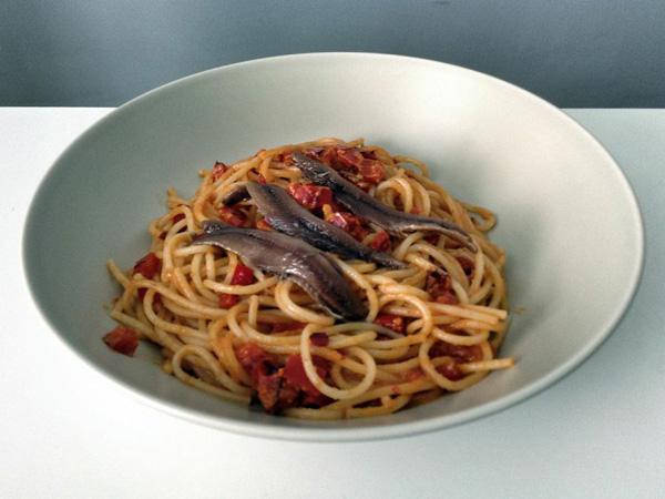 Pasta con pimiento rojo, anchoas y salsa romesco