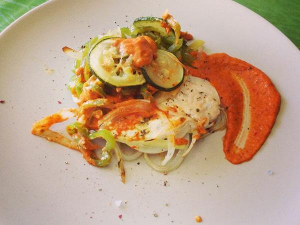 Pollo en papillote con salsa romesco