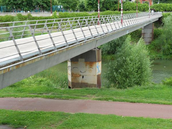 Grafiti en un puente sobre el Bernesga