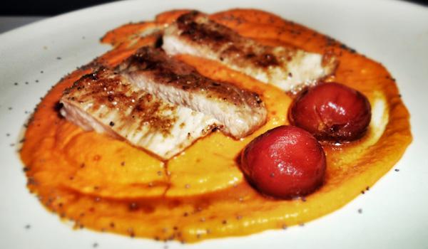 Secreto ibérico caramelizado con salsa romesco y cherries confitados