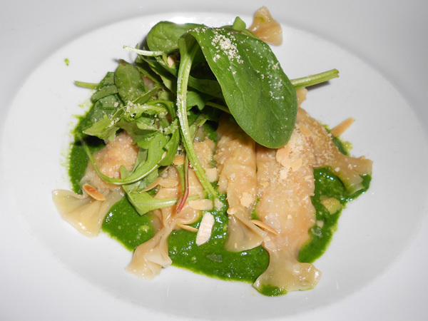 Raviolis de buey de mar con curry de espinacas, hierbas aromáticas y polvo de cacahuete