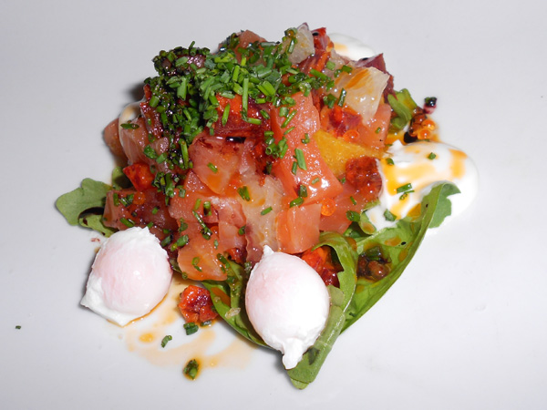 Tartar de salmón marinado con cítricos, huevo, vino tinto y chorizo
