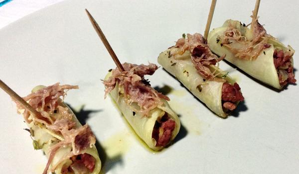 Minicanelones de patata rellenos de pollo y alcachofa con rillettes de pato y vinagreta dulce