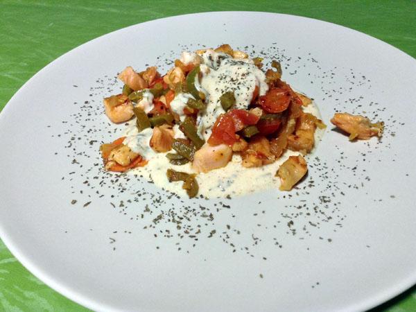 Verduras y salmón salteados con salsa de yogur