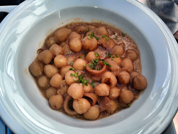 Garbanzos con chipirones