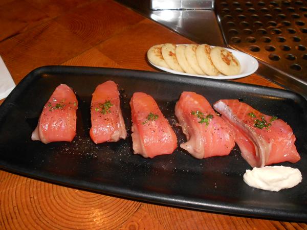 Lomo de salmón ahumado con blinis y salsa de rábanos