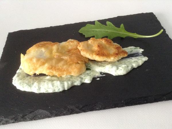 kokotxas rebozadas con crema de queso, ajo y rúcula