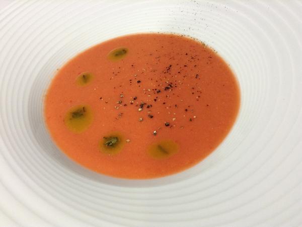 Gazpacho de sandía y tomate con emulsión de albahaca