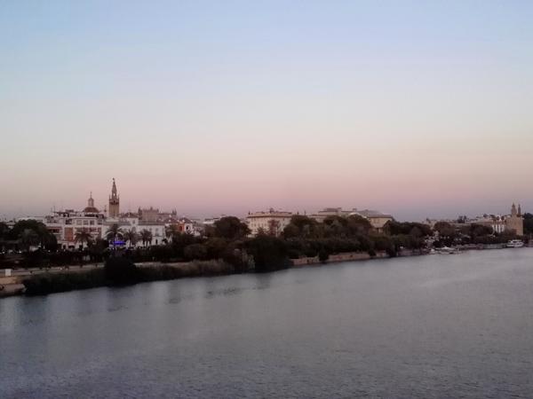 Vista de Sevilla desde el Puente de Triana