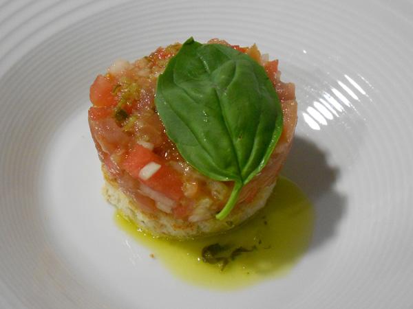 tartar de atún, salmón y sandía con emulsión de albahaca y citronela