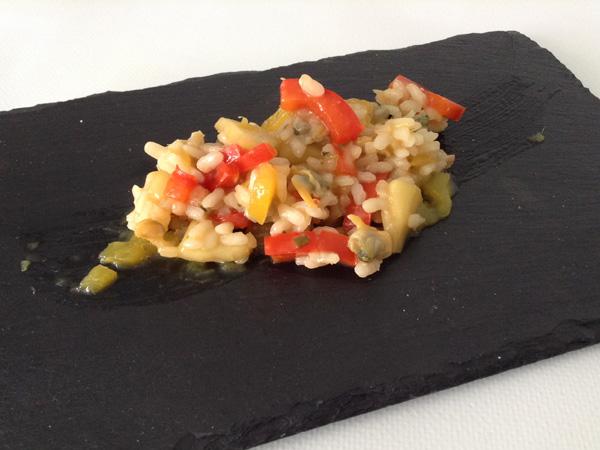 arroz con manzana, berberechos y pimiento rojo en salsa de mango