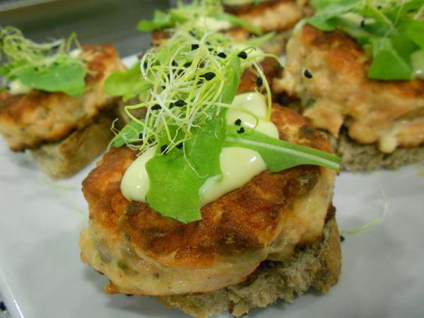 hamburguesa de salmón y pistachos