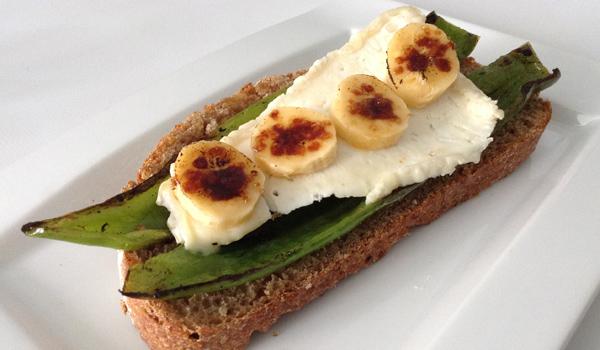 Tosta de pimiento, queso de cabra Hircus y plátano caramelizado