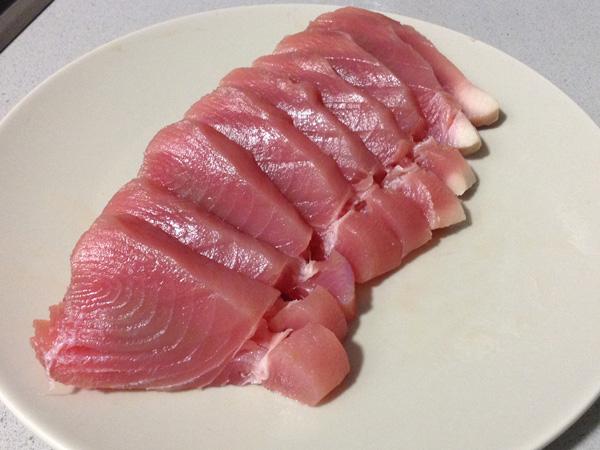 Corte del atún en sashimi