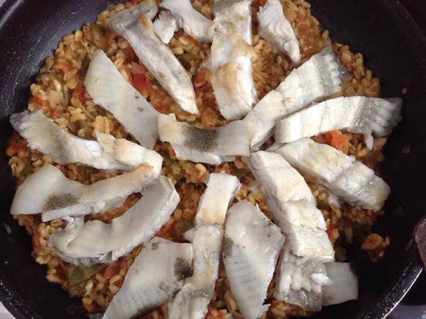 Rodaballo, trigo y salsa de tomate cherry y albahaca