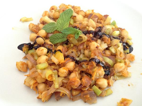Salteado de garbanzos con verduras