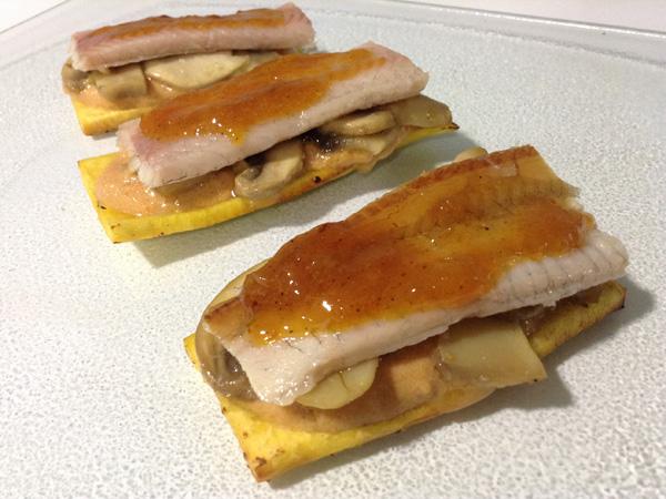 Tosta de plátano con crema de zanahoria y yogur, champiñones, anguila ahumada y glaseado de naranja