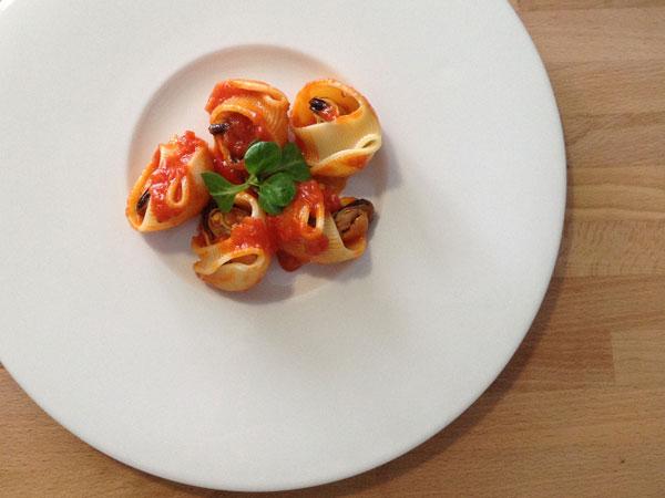 lumaconi rellenos de mejillones con salsa de tomate
