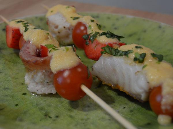 Brochetas de merluza y de anguila con fresas y salsa de piña y papaya