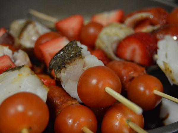 brochetas de carne y pescado