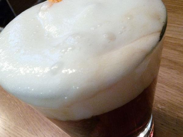 vermú rojo con espuma de clavo y naranja