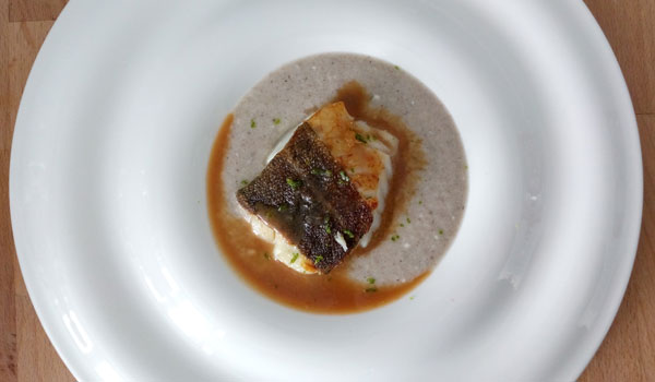 bacalao skrei con crema de setas e hinojo y salsa de miso