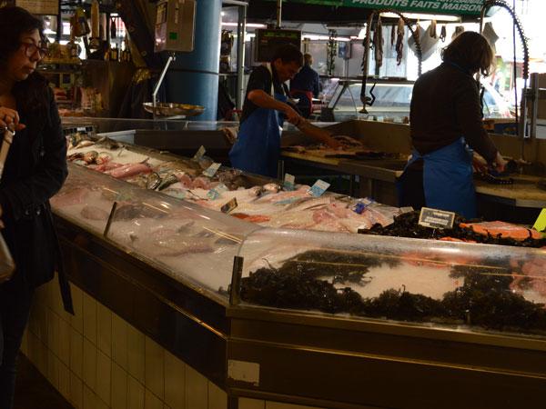 Puesto de pescado en el mercado de Capuchinos, Burdeos