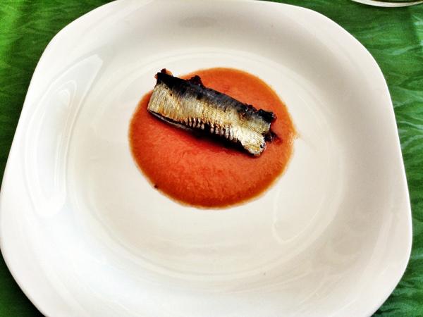Lomitos de sardina marinados en soja y miel con salsa de tomate y pepino