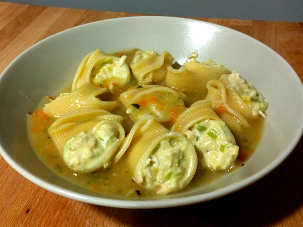 Lumaconi rellenos de crema de puerro y pollo con sopa de verdura