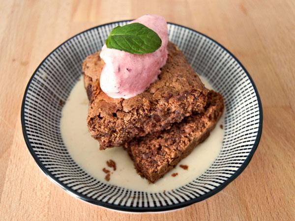 brownie de chocolate con sorbete de cereza y sopa de amaretto y jengibre