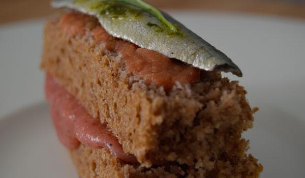 'Panaccia' de nueces pecanas con sardina, remolacha y salsa de tomate y albahaca
