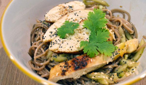 ensalada thai de pollo y fideos chinos con salsa de sésamo