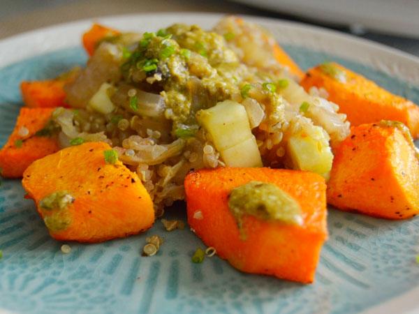 Calabaza asada y quinoa con verduras al pesto