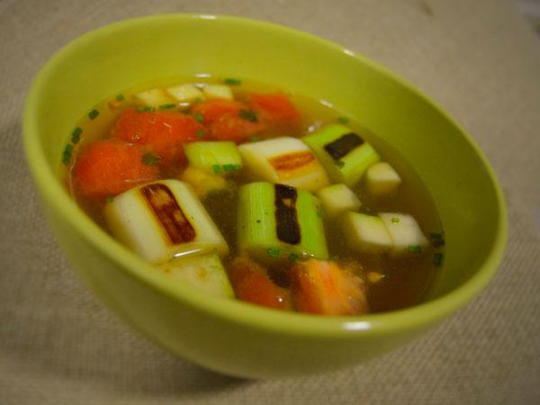 Sopa ligera con verduras salteadas y jengibre